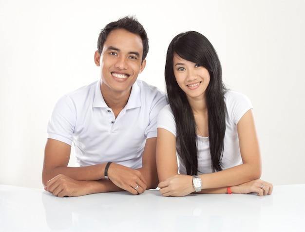 若いアジアカップル笑顔、探して Premium写真