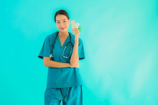 Молодая азиатская женщина доктора с пилюлькой или лекарством и лекарством Бесплатные Фотографии