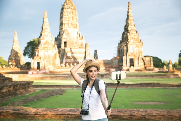 Young asian female traveler with backpack traveling ayutthaya province, thailand Free Photo