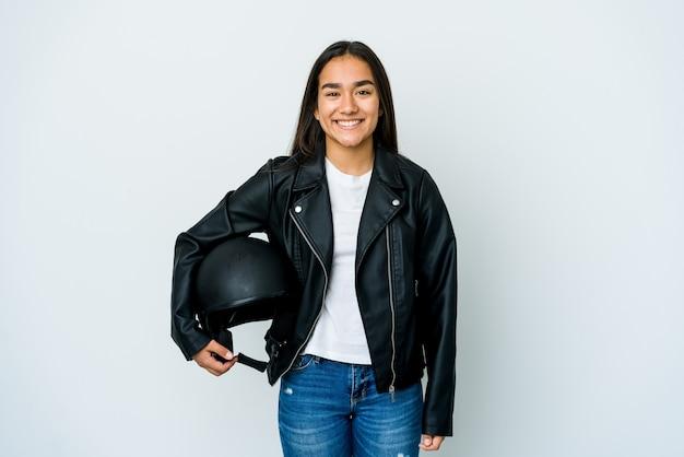 격리 된 벽에 오토바이 헬멧을 들고 젊은 아시아 여자 행복, 미소하고 쾌활한 프리미엄 사진