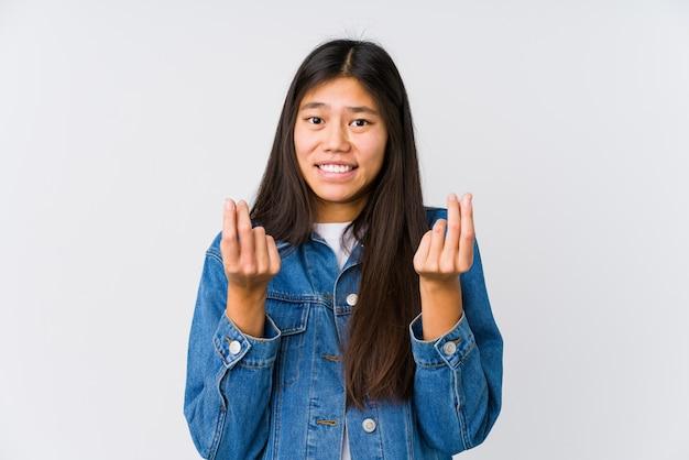 Молодая азиатская женщина показывая что она не имеет денег Premium Фотографии