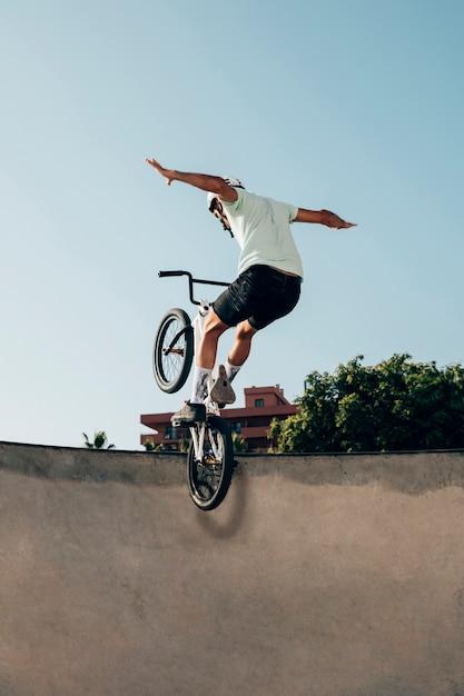 Молодой спортсмен делает трюки на своем велосипеде Бесплатные Фотографии