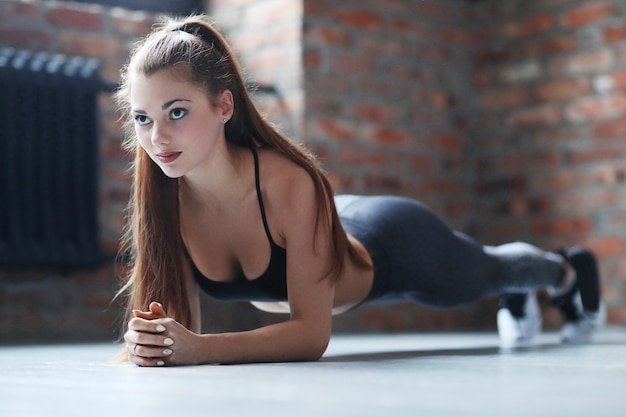Young athletic woman doing her exercise routine at home Free Photo