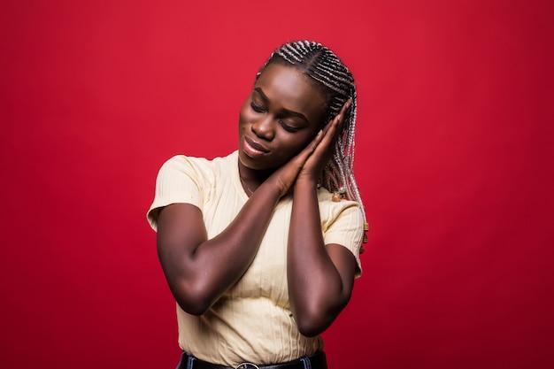 喜びとアフロの髪型を持つ若い魅力的なアフリカ系アメリカ人は左に見える Premium写真