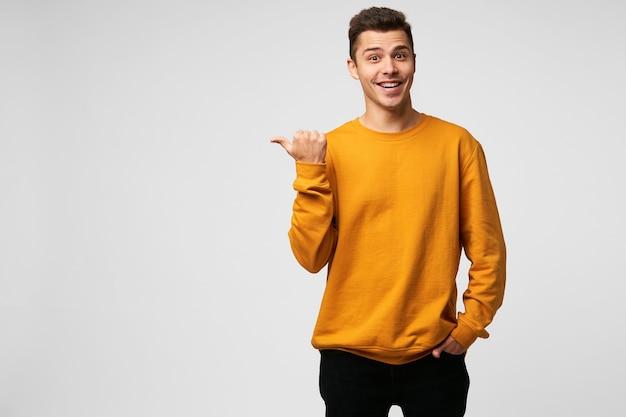 Молодой привлекательный красивый парень выглядит довольным, радостным, пораженным Бесплатные Фотографии