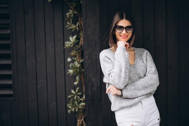Молодая привлекательная женщина в белых джинсах вне улицы Бесплатные Фотографии