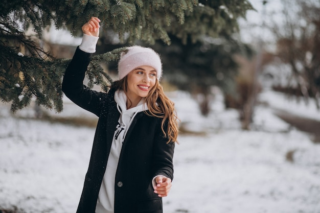 Young attractive woman in a winter park in a cute hat Free Photo