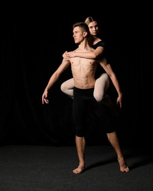 バレエ衣装でポーズをとる若いバレエカップル 無料写真