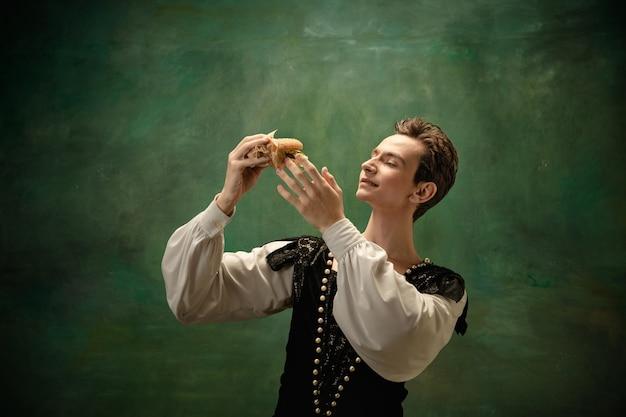 숲에서 햄버거와 함께 백설 공주 캐릭터로 젊은 발레 댄서. 무료 사진