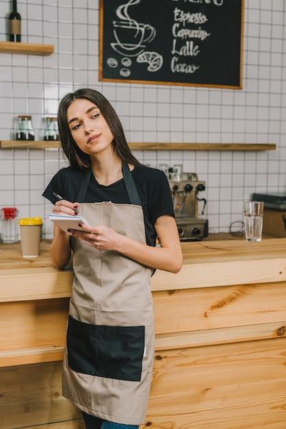 Barista haciendo café   Foto Gratis