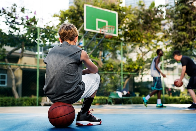 Young basketball player shoot Premium Photo