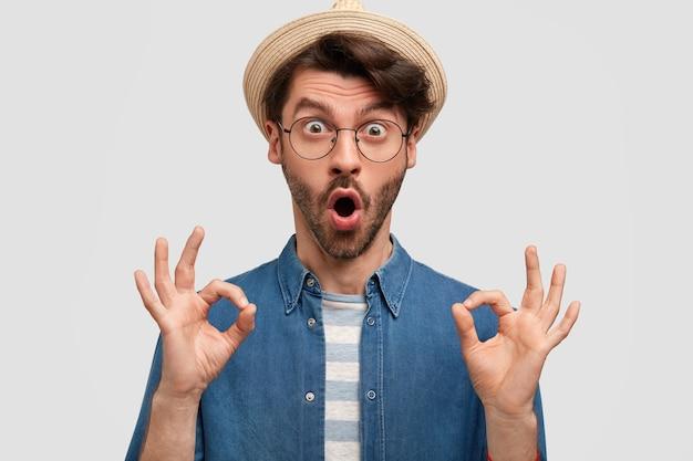 Молодой бородатый мужчина в круглых очках и джинсовой рубашке Бесплатные Фотографии