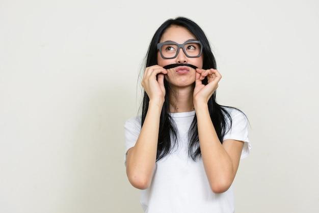 고립 된 안경을 쓰고 젊은 아름 다운 아시아 괴상 한 여자 프리미엄 사진