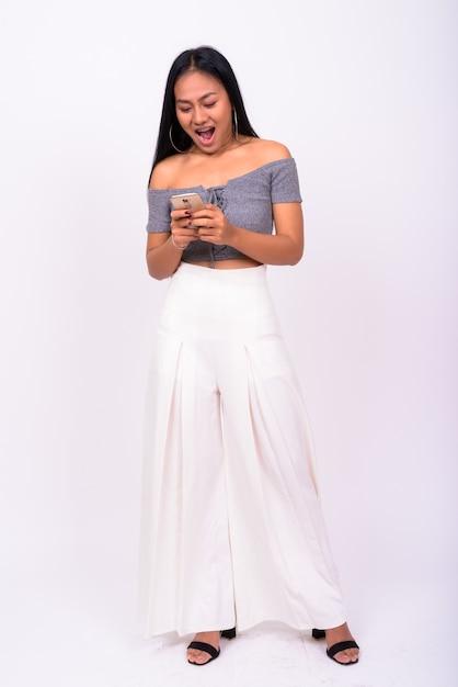 흰 벽에 젊은 아름 다운 아시아 여자 프리미엄 사진