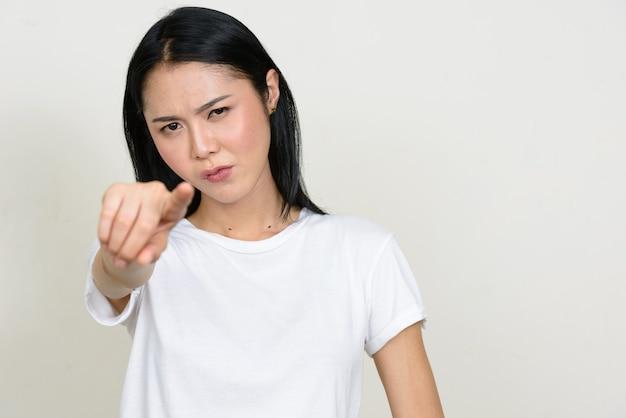 고립 된 젊은 아름 다운 아시아 여자 프리미엄 사진