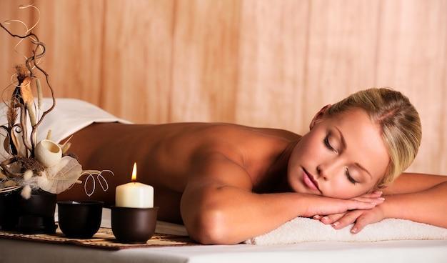 La giovane bella donna bionda si rilassa nel salone della stazione termale Foto Gratuite