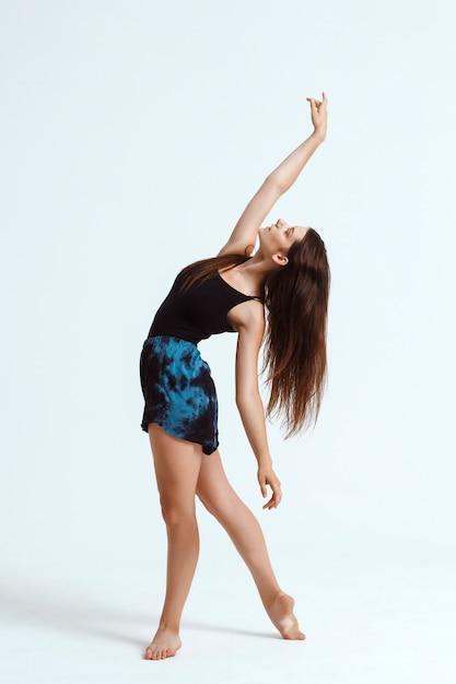 Giovane bello ballerino contemporaneo che posa sopra la parete bianca. copia spazio. Foto Gratuite