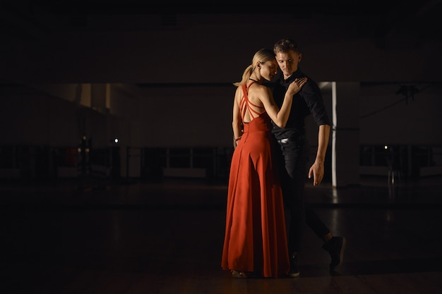 Giovani belle coppie che ballano con passione Foto Gratuite