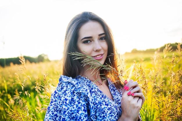 Молодая красивая европейская девушка на закате Premium Фотографии