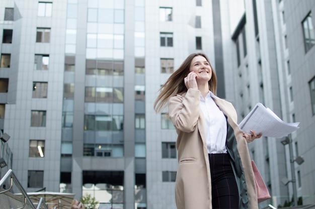 Картинка девушка бежит на работу работа в киселёвск