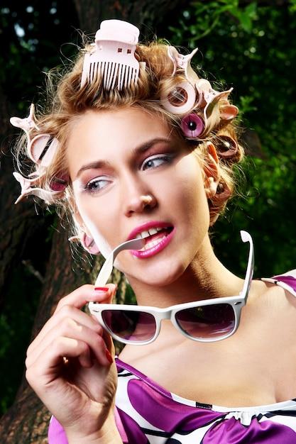 サングラスを持つ美しい少女 無料写真