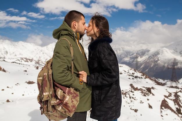 山でのハイキング、流行に敏感な若いカップル、冬休み旅行、愛の男性女性 無料写真