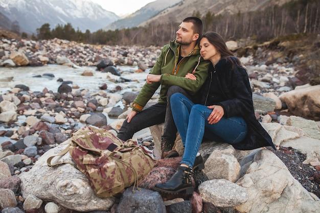 Coppia giovane bella hipster in amore, passeggiate lungo il fiume, natura selvaggia, vacanze invernali Foto Gratuite
