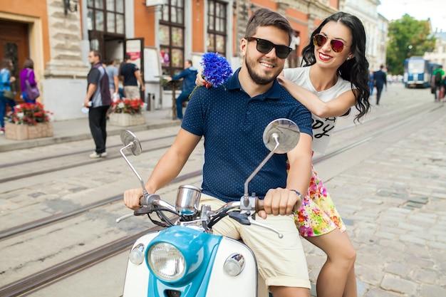 バイクの街の通りに乗って若い美しい流行に敏感なカップル 無料写真