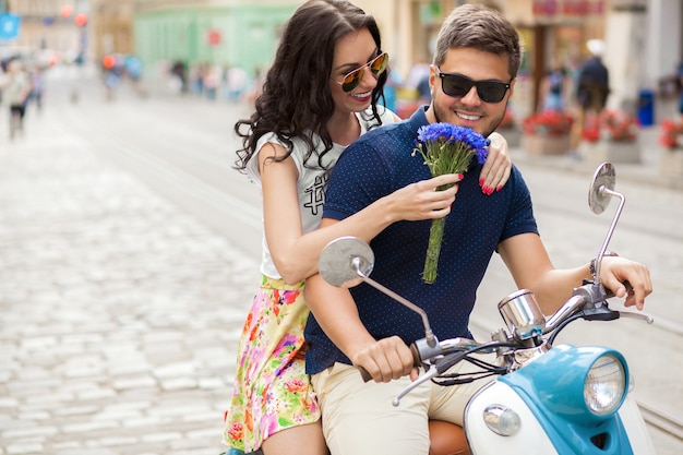 Молодая красивая хипстерская пара, езда на мотоцикле городской улице Бесплатные Фотографии