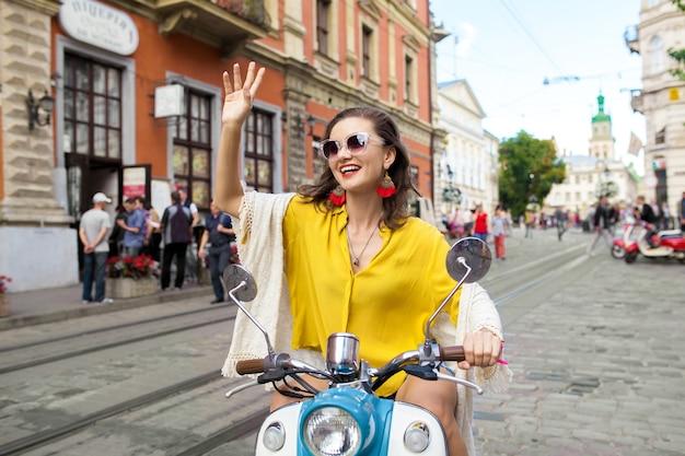 Молодая красивая битник женщина, езда на мотоцикле городской улице Бесплатные Фотографии