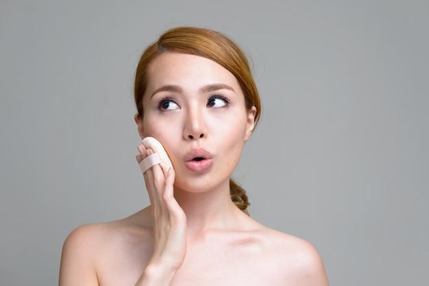 Симпатичная молодая азиатка на белой посетили