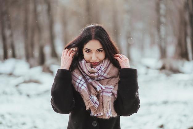冬の森でポーズをとる若い美しいモデル 無料写真