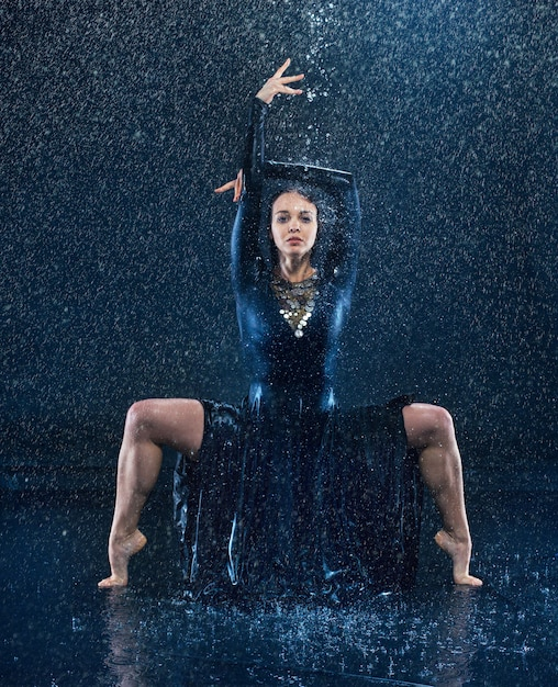 Young beautiful modern dancer dancing under water drops Free Photo