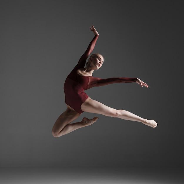 Giovane bello ballerino moderno stile saltando Foto Gratuite