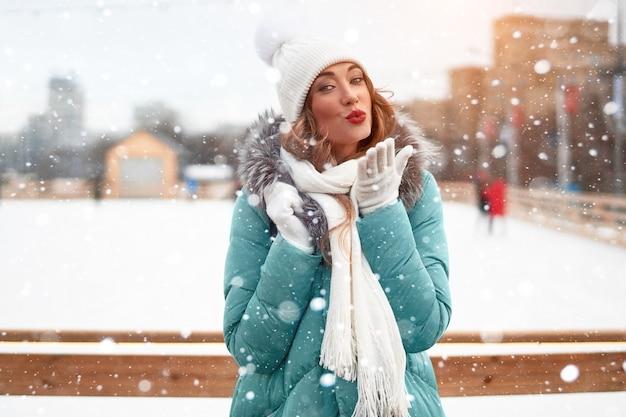 Молодая красивая рыжая девушка на катке. Premium Фотографии
