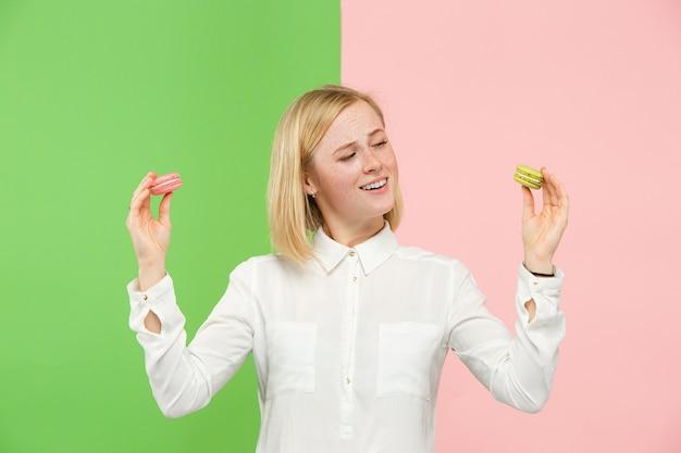 Молодая красивая женщина, держащая в руках печенье миндальное печенье Бесплатные Фотографии