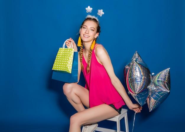 쇼핑백과 풍선을 들고 젊은 아름 다운 여자 무료 사진