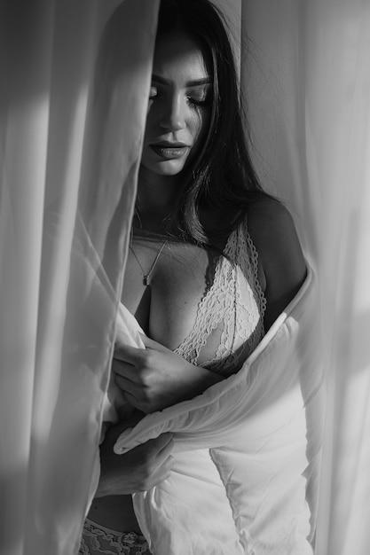 Молодая красивая женщина в нижнем белье Premium Фотографии