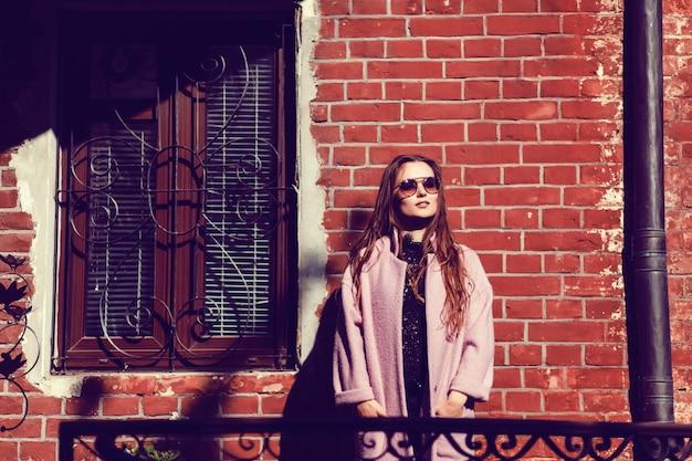 Молодая красивая женщина в солнечных очках Premium Фотографии