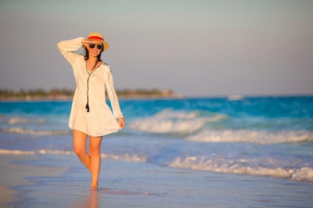 Молодая красивая женщина на фоне заката океана Premium Фотографии