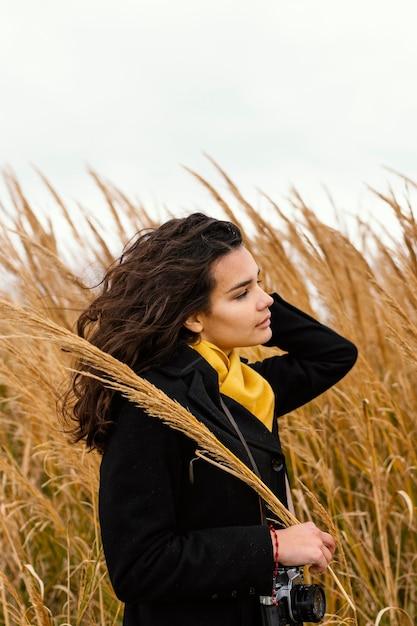 Giovane bella donna in natura con la fotocamera Foto Gratuite