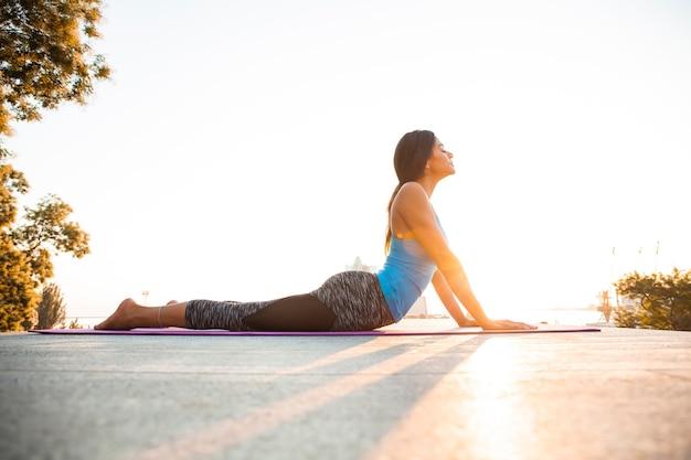 요가와 체조 연습 젊은 아름 다운 여자. 웰빙 개념. 프리미엄 사진
