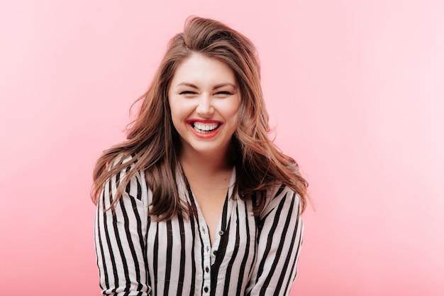 笑顔の若い美しい女性 Premium写真