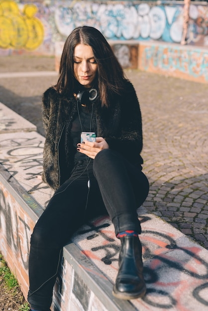 Young beautiful woman usin smartphone Premium Photo