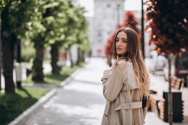 公園を歩いて若い美しい女性 無料写真