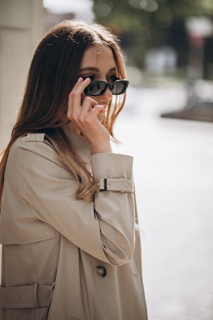 街を歩いて若い美しい女性 無料写真