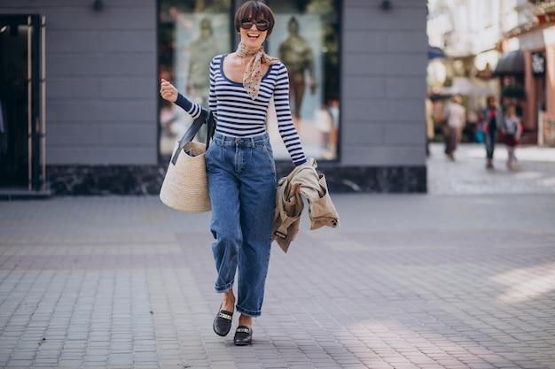 晴れた日に歩く若い美しい女性 無料写真