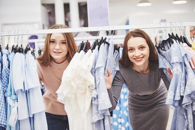 毎週の布市場で若い美しい女性-晴れた日に楽しい時間を過ごして旧市街で買い物をする親友-日常生活の瞬間を楽しんでいるガールフレンド Premium写真