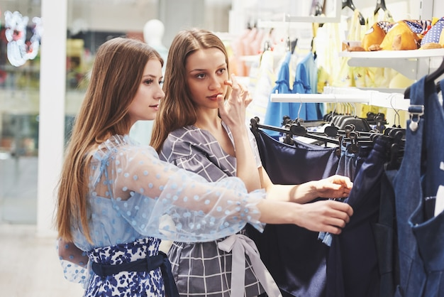 毎週の布市場で若い美しい女性-楽しい時間を共有し、買い物をする親友 Premium写真