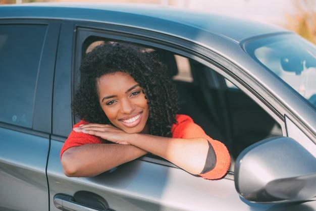 Негритянка у автомобиля